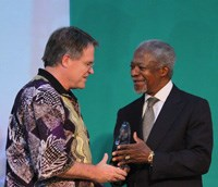 Prof Mark Laing, Director of the ACCI, UKZN, is congratulated by Kofi Anan, chairperson of AGRA (A Green Revolution for Africa), for an AGRA Forum award for capacity building affecting food security in Africa.