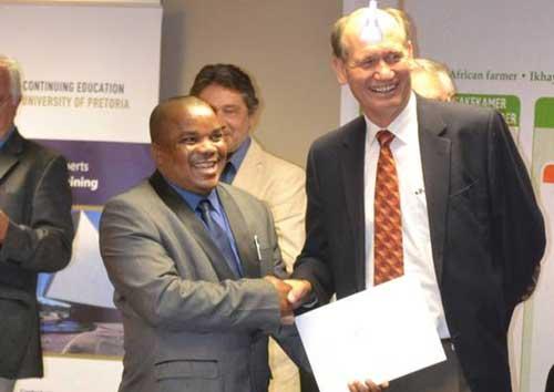 Phineas Gumede (left), Deputy President of Agri SA, receiving his certificate from Hans van der Merwe, Executive Director.