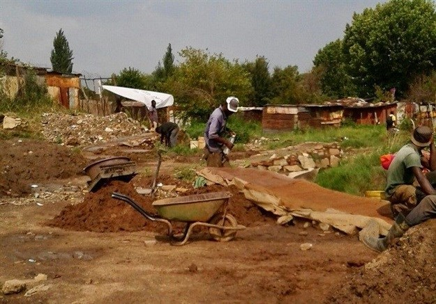 Informal gold miners work in a field in Kingsway, Benoni. On 3 March an informal gold miner was shot dead and eight others arrested by security guards. Archive photo: Kimberly Mutandiro