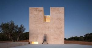 Álvaro Siza completes Hillside Chapel in Lagos