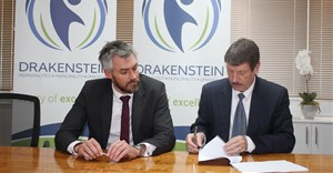 Tim Harris from Wesgro and Drakenstein Councillor, Conrad Poole, signing the agreement. Image supplied.