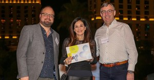 FIPP Insight Award presented to Julia Raphaely by James Hewes, FIPP and Ruud van den Berg, UPM. Image source: .