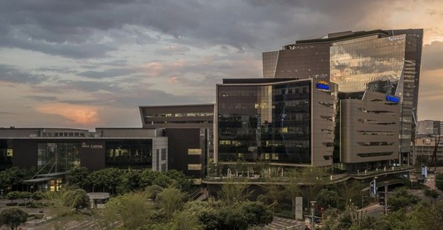 In September, Sanlam announced that it had awarded its newly appointed CEO Paul Hanratty a package potentially worth between R161 million and R500 million. Photo: Sanlam Building, Sandton by Paul Saad (CC BY-NC-ND 2.0)