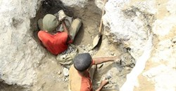 Artisanal miners work at a cobalt mine-pit in Tulwizembe, Katanga province, Democratic Republic of Congo, November 25, 2015. Picture taken November 25, 2015. Reuters/Kenny Katombe/File Photo