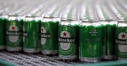Heineken beers are seen on a production line at the Heineken brewery in Jacarei, Brazil June 12, 2018. Reuters/Paulo Whitaker