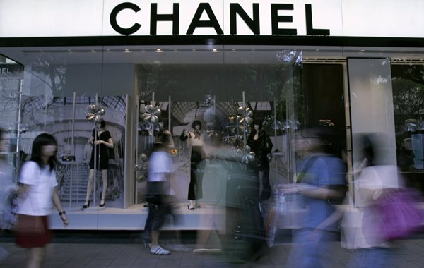 People walk past a Chanel display window at a shopping district in Singapore on 3 November 2008. Reuters/Jacinta Goh (Singapore)