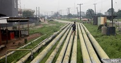 A woman walks over pipelines crisscrossing Ogoniland in Rivers State, Nigeria September 18, 2020. Reuters/Afolabi Sotunde//File Photo