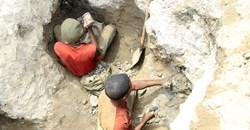 Artisanal miners work at a cobalt mine-pit in Tulwizembe, Katanga province, Democratic Republic of Congo, 25 November, 2015. Reuters/Kenny Katombe/File Photo