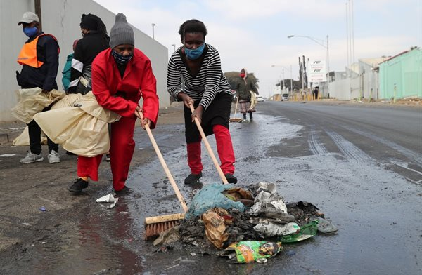 Residents clean up the streets after the protests in Alexandra, South Africa. Source: Reuters/Sumaya Hisham